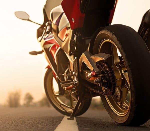 odparkovaná motorka pri západe slnka
