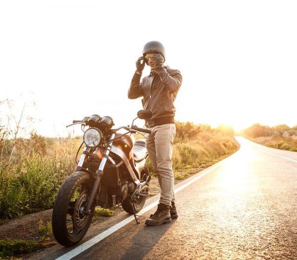 motorkár stojaci vedla motorky