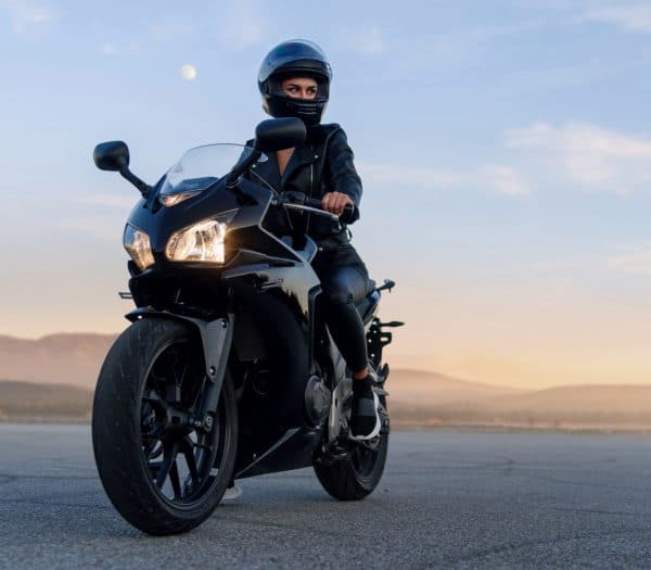 mladá žena na motorke