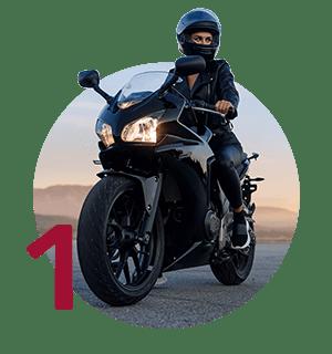 mladá žena na cestnej motorke